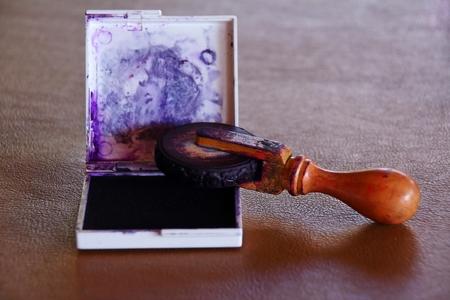 emboutissage: Ancien tampon encreur pos� sur la table