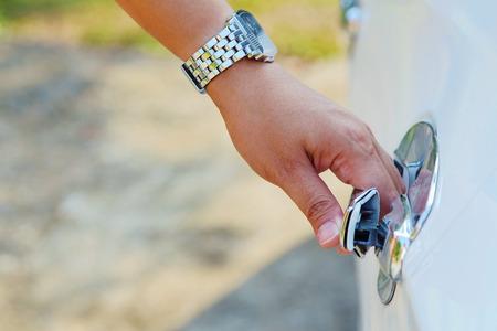 unbar: Hand opening car door