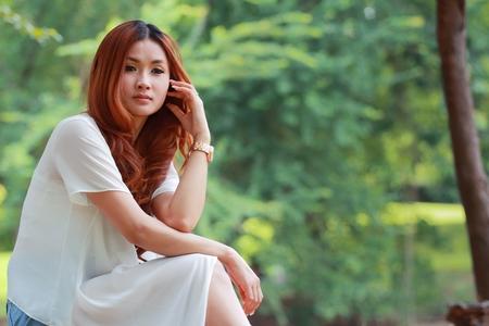 Retrato Mujeres Asiáticas En La Camisa Blanca En El Parque Fotos
