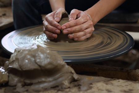 alfarero: alfarero haciendo una vasija de barro en Tailandia Foto de archivo
