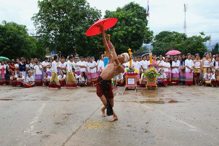 identidad cultural: Chiang Mai, Tailandia - 29 de julio, 2015: Realización de la danza artes, Los artes de la antigua Lanna o pueblos antiguos del norte de Tailandia.