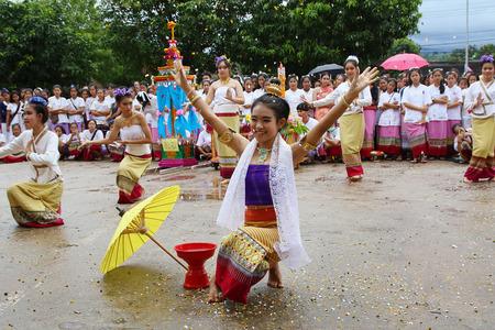 identidad cultural: Chiang Mai, Tailandia - 29 de julio, 2015: Realización de la danza artes, las artes de la antigua Lanna o pueblos antiguos del norte de Tailandia. Editorial