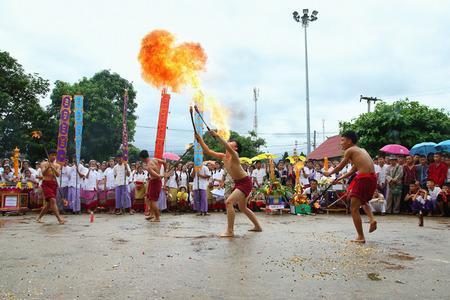 identidad cultural: Chiang Mai, Tailandia - 29 de julio, 2015: Realización de danza de la espada de fuego artes, Los artes de la antigua Lanna o pueblos antiguos del norte de Tailandia. Editorial