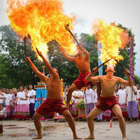 identidad cultural: Chiang Mai, Tailandia - 29 de julio, 2015: Realizaci�n de danza de la espada de fuego artes, Los artes de la antigua Lanna o pueblos antiguos del norte de Tailandia. Editorial