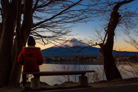 Solo female travel Mt.Fuji in the winter morning Foto de archivo