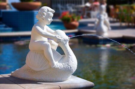 waterspout: Cherubino piscina accanto alla fontana di acqua.
