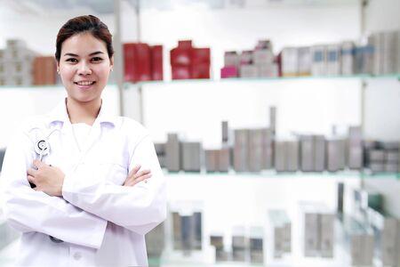 apothekerchemicus en arts vrouw Azië met stethoscoop en klembord controleren medicijnkastje en apotheekdrogisterij.