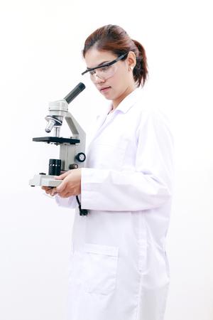 tecnología hembra jóvenes o las mujeres que trabajan científico asiático laboratorio biológico y la química y la biología ciencia investigaciones sobre fondo blanco.
