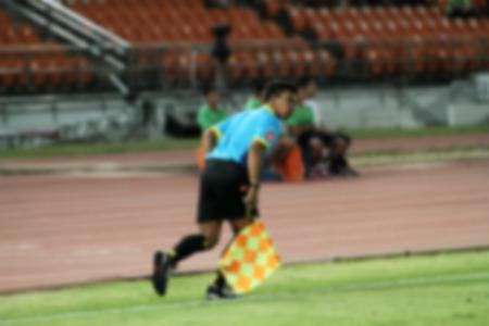arbitros: borrosa árbitro de fútbol y la bandera Asistente de Árbitro. Foto de archivo