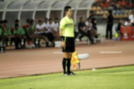 arbitros: borrosa árbitro asistente de fútbol y la bandera del Árbitro Foto de archivo