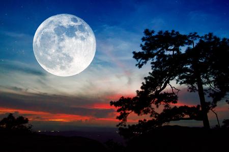 Volle maan en zonsondergang op berg in Thailand Stockfoto