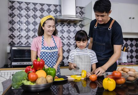 Asian families are cooking and parents are teaching their daughters to cook in the kitchen at home. Family activities on holidays and Happy in recreation concept Stockfoto
