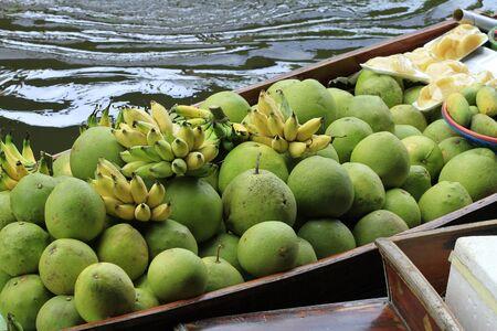 march� flottant: bateau ? longue queue avec des fruits sur le march? flottant Banque d'images