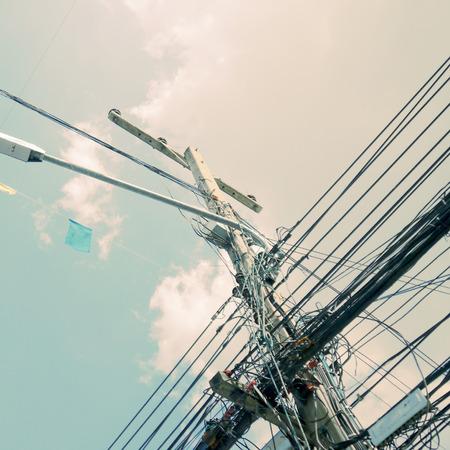 redes electricas: El caos de cables en el estilo retro de la vendimia