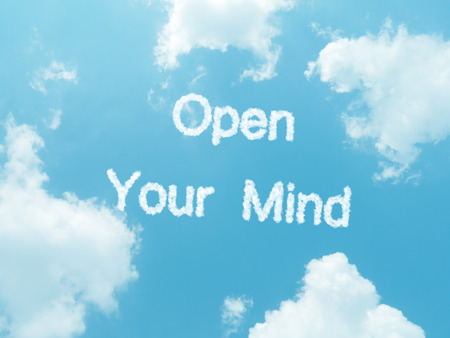 receptivo: palabras de nubes con el dise�o de fondo de cielo azul