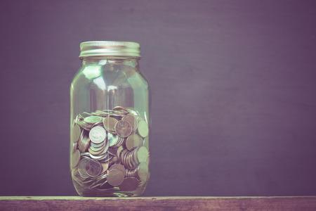cash money: dinero en el cristal con efecto de filtro de estilo retro de la vendimia