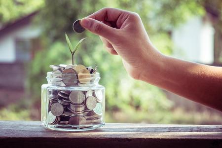 hand zetten geld munten met filter effect retro vintage stijl