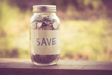 recoger: dinero en el cristal con efecto de filtro de estilo retro de la vendimia