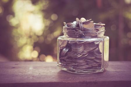 frasco: dinero en el cristal con efecto de filtro de estilo retro de la vendimia