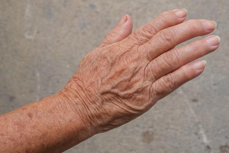 De hand van de hogere vrouw
