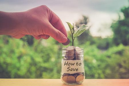 banco dinero: ahorrar dinero por concepto de inversión de dinero en el cristal con efecto de filtro de estilo retro de la vendimia