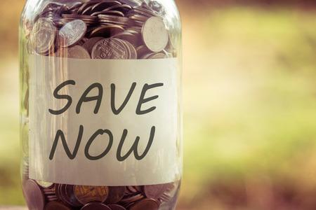 einsparung: Geld für Investitionen Konzept Geld in das Glas mit Filterwirkung retro Vintage-Stil