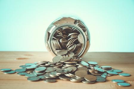 Ahorrar dinero por concepto de inversión de dinero en el cristal con efecto de filtro de estilo retro de la vendimia Foto de archivo - 57978132