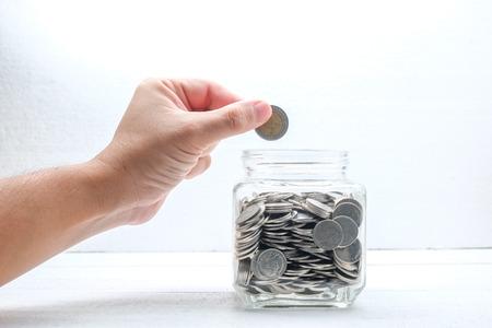 sparen geld voor investeringen concept Handen die geld Stockfoto