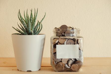 contaduria: financiación de las empresas. ahorrar dinero por concepto de inversión de dinero en el vaso Foto de archivo