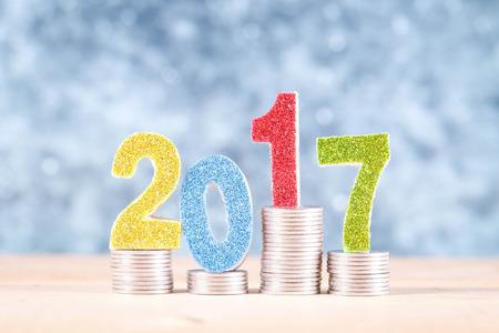contaduria: financiación de las empresas. ahorrar dinero para el concepto de inversión 2017 y dinero con efecto de filtro época de estilo retro Foto de archivo