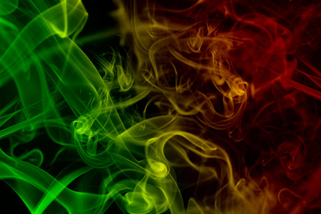 abstracte achtergrond rookkrommen en wave reggae kleuren groen, geel, rood gekleurd in vlag van reggaemuziek