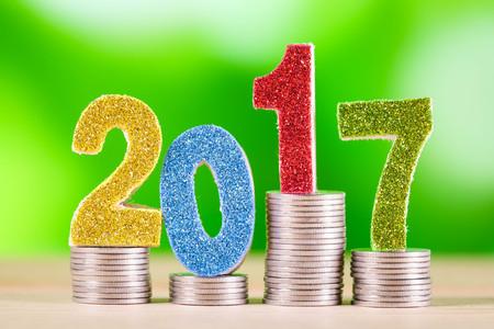 salarios: financiación de las empresas. ahorrar dinero para el concepto de inversión 2017 y dinero con efecto de filtro época de estilo retro Foto de archivo