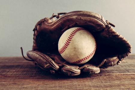 오래 된 야구와 장갑 필터 효과와 나무 배경에 레트로 빈티지 스타일 스톡 콘텐츠