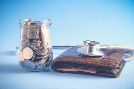 Économiser de l'argent pour le concept d'investissement Stéthoscope et l'argent avec filtre effet rétro style vintage Banque d'images