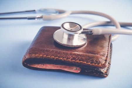 Geld besparen voor beleggingsconcept Stethoscoop en geld met filter effect retro vintage stijl Stockfoto