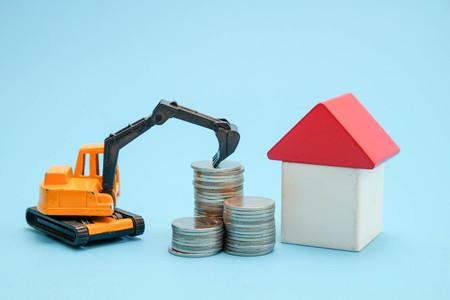 コインからお金の家で投資住宅ローンの概念のためのお金を節約します。
