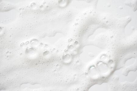 Streszczenie tło białe tekstury piany mydlanej. Pianka szamponowa z bąbelkami