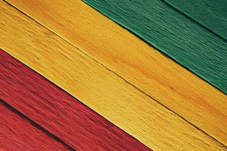 Hintergrund Holz grün, gelb, rot alter Retro-Vintage-Stil, Rasta-Reggae-Flagge
