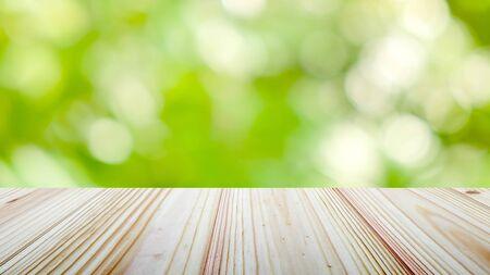 Dessus de table en bois sur fond de nature verdoyante