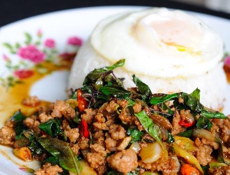 santa cena: cerdo frito con la albahaca y huevo frito