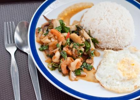 santa cena: revuelva pescado frito con arroz, deliciosa comida tailandesa Foto de archivo