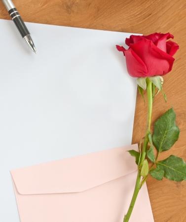 carta de amor: amor concepto carta en la mesa de madera Foto de archivo