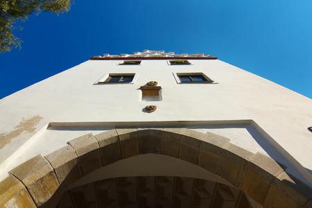 perspectiva lineal: Puerta hist�rica de la torre renacentista en la ciudad de Trebon, Bohemia del Sur
