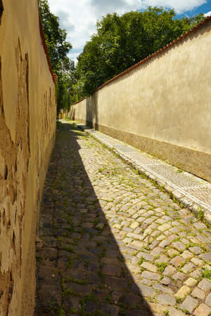 perspectiva lineal: Vieja calle con pavimento en Praga Foto de archivo