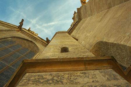 perspectiva lineal: Ver hasta el pilar de la Catedral de Santa Bárbara, ciudad de Kutná Hora, Bohemia