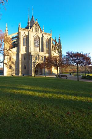 perspectiva lineal: catedral de Santa Bárbara, en la ciudad de Kutná Hora, Bohemia Editorial