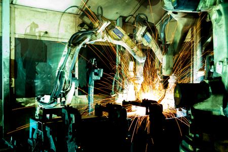 soldadura: Equipo robots de soldadura representan el movimiento. En la industria de piezas de autom�viles.