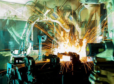 Team welding robots represent the movement. In the automotive parts industry. Standard-Bild