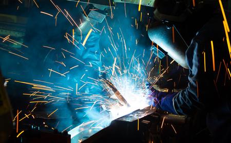 soldador: El trabajo en soldadura habilidad para arriba. Fabricación de coche