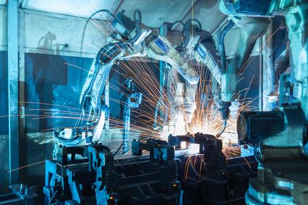 industriales: Equipo robots de soldadura representan el movimiento. En la industria de piezas de automóviles.